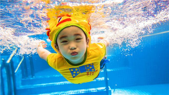 """亲子游泳界的""""爱马仕""""!——龙格亲子游泳俱乐部价值380元的亲子游泳学习体验券特"""