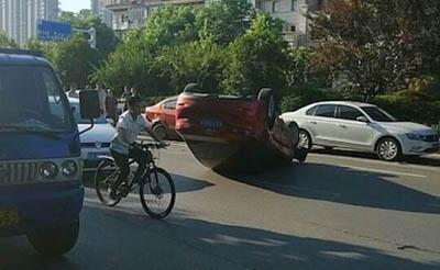【抓拍】轿车突然翻车,四脚朝天躺在路中央