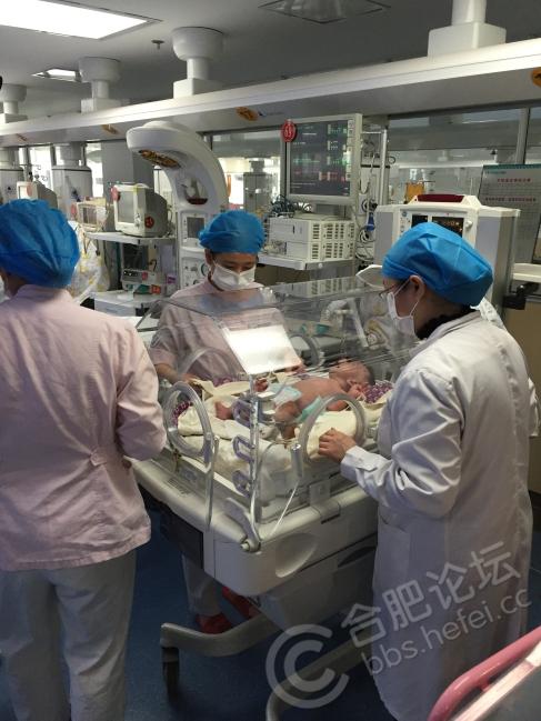 新生儿重症监护室,由于是无菌操作,陪护、治疗全程由医护人员