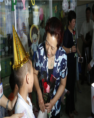 孙丽芳到安徽省儿童医院看望慰问患儿