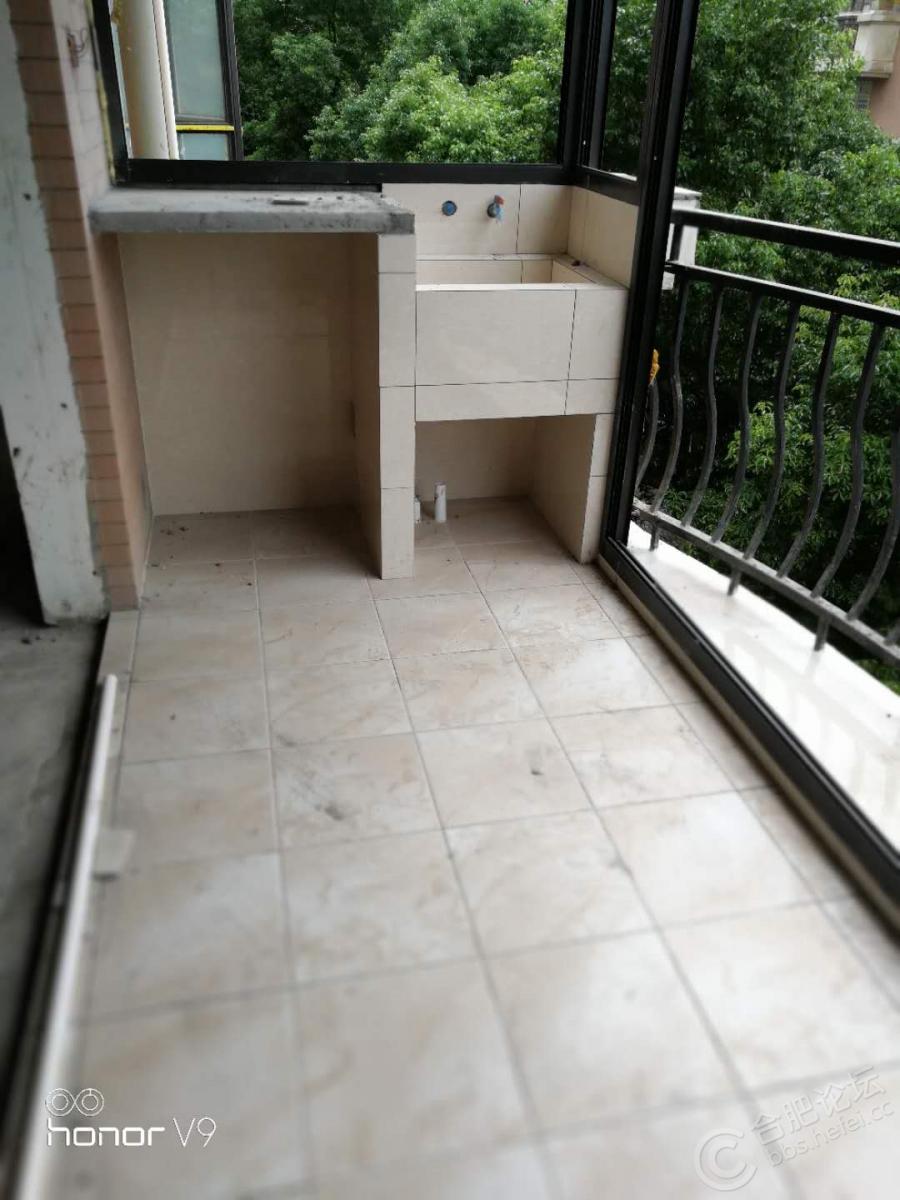 阳台洗衣池砖砌,经久耐用,方便。