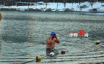 【震惊】天寒地冻,还有这么多人在天鹅湖游泳