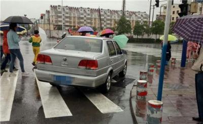 【曝光】私家车主居然把车停在斑马线上