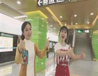 """年轻人在地铁上演""""中国很赞最燃快闪"""" 看到的都嗨"""