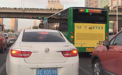 实拍:公交车随意加塞,素质真是有待提高