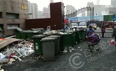 【反映】绿化带变垃圾堆,行人捂着鼻子走
