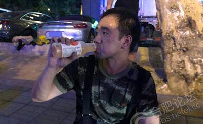 【点赞】消防蜀黍灭火浑身大汗,市民送上饮料