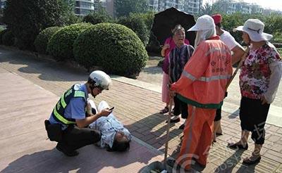 【赞扬】老太中暑倒街头 幸有协警紧急救助