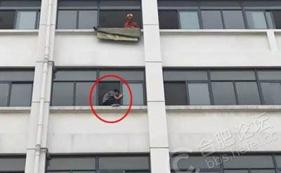 【惊险】学生欲跳楼,消防员飞身一跃成功营救