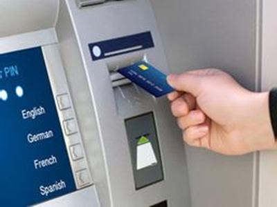 男子发现ATM机留张卡取走九千