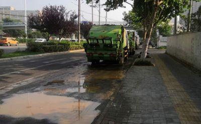 十里庙,垃圾车停在人行道上,污水横流