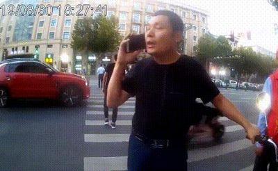 """男子闯红灯打电话""""摇人"""" 然后来了几个警察"""