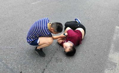 少年横躺马路脚踢交警,背后真相令人释怀