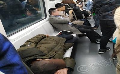 素质太低!地铁上这人一直躺着睡在座位上