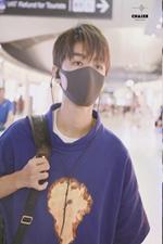 王俊凯说:别挡别挡!回国最新机场穿搭来了 !