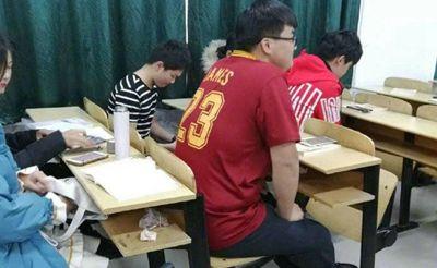 安徽职业学院奇葩赌局 谁穿棉袄谁是王八蛋