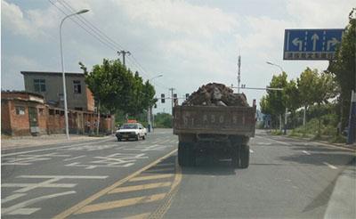 【质疑】装满的渣土车不封盖,简直是马路杀手