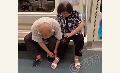 【感动】银发老人地铁里为老伴穿鞋,画面温馨