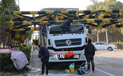 【第e时间】限高架被大货车放倒 砸瘪了驾驶室