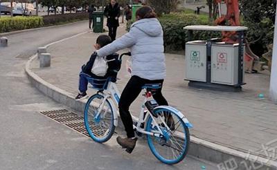 【目击】又有家长把孩子放共享单车车筐里