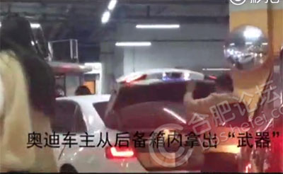 【争执】车库内一车插队引冲突,双方大打出手