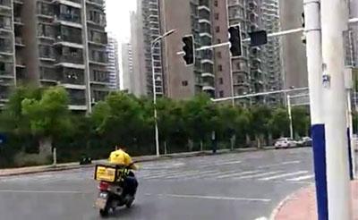 【随拍】广西路万泉河路交口红绿灯没一个亮的