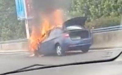 【火灾】长江西路高架轿车着火,很快烧成空壳
