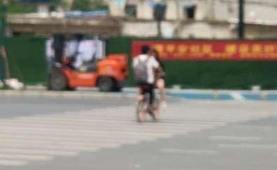 这个小伙,你女朋友坐在共享单车前框,真危险