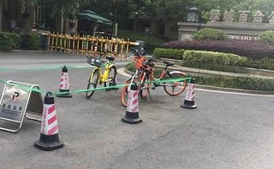 【随手拍】共享单车就这么乱停在小区门口吗?