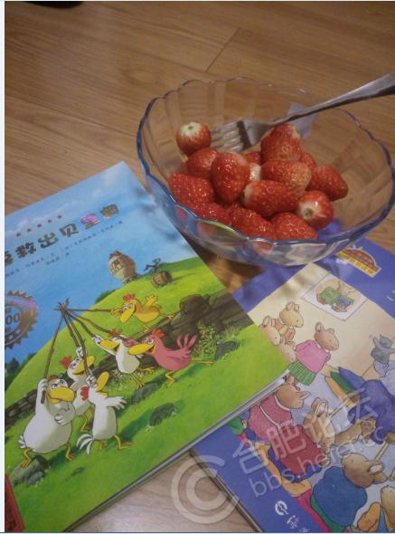 跟妈妈一起吃草莓,听卡梅拉和汤姆的故事