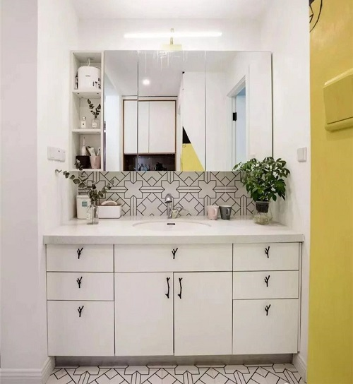 卫生间千万不要挂镜子,太浪费了,现在流行这样装!