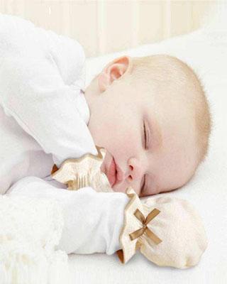 宝宝的脸总被小手抓花 需要给他戴手套吗?